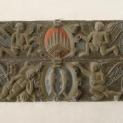 reliéfní deska ve vestibulu radnice