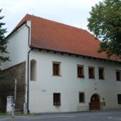 knihovna s hradbami v obvodové zdi